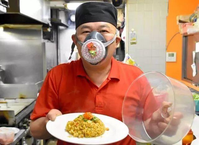 厨师在烹饪时要戴防毒面具